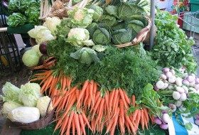 Fresh veggies at a farmer's market; photo courtesy of Wikimedia Commons.