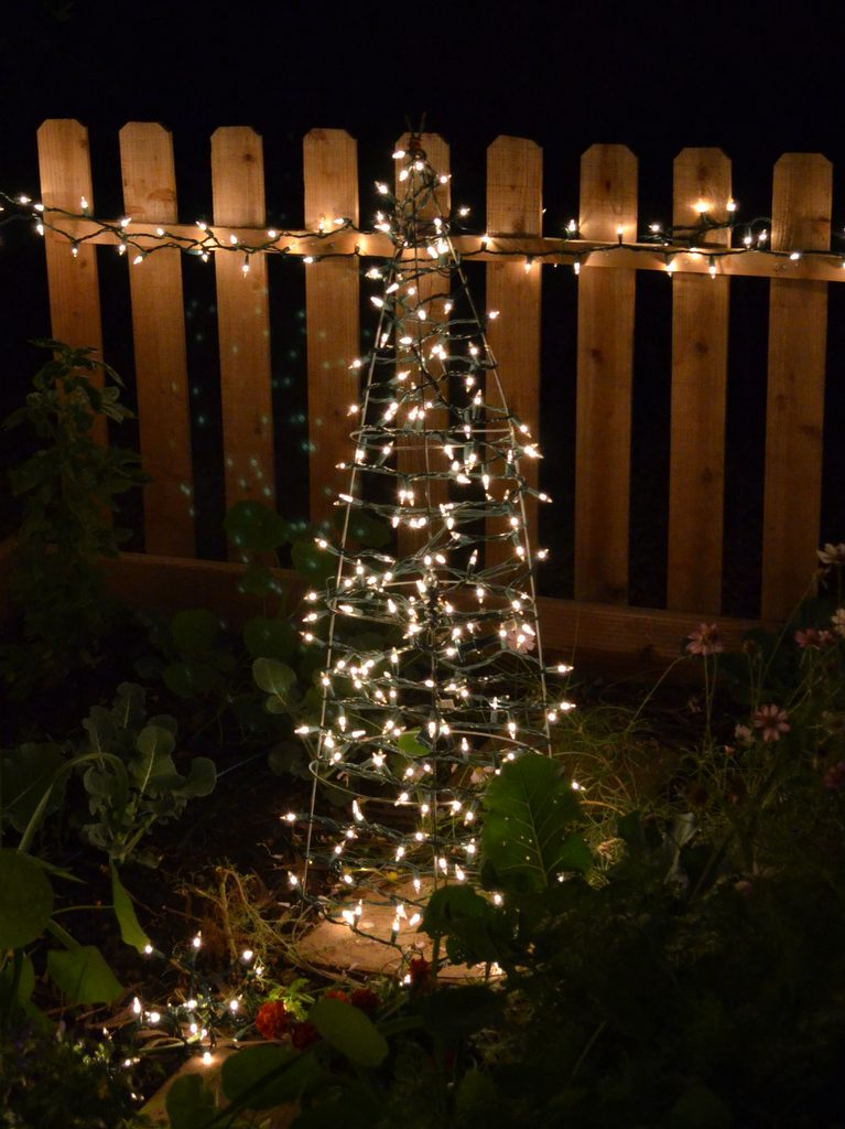 would you believe that you can create a beautiful christmas tree using a tomato cage - Tomato Cage Christmas Decorations