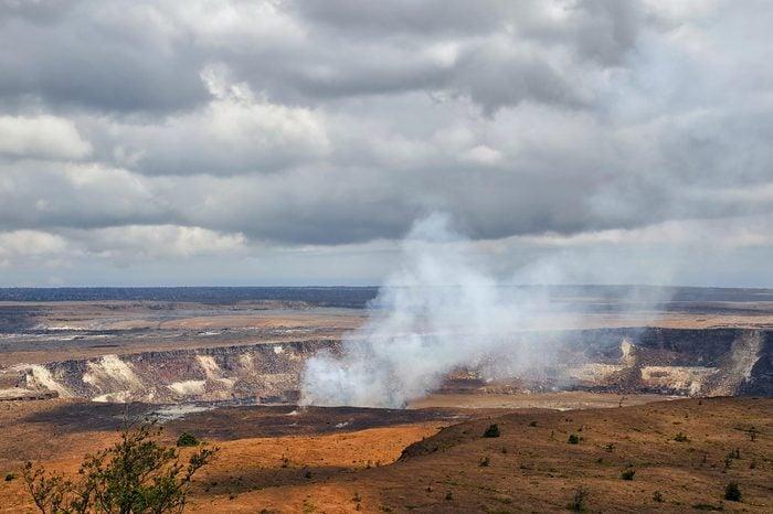 Hawaii Volcanoes Nationalpark landscape with Kilauea volcano erupting